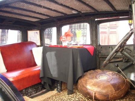 Voiture ancienne dans laquelle un resto a installé une table