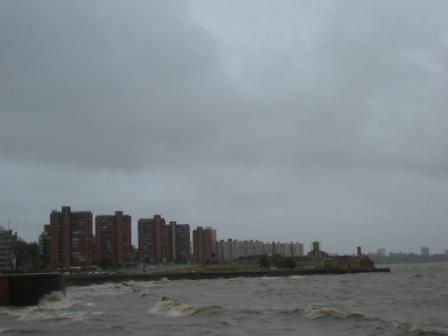 HLM faces au Rio de la Plata, c\'est ça aussi Montevideo (Ok, ce ne sont pas de HLM mais ça ressemble)