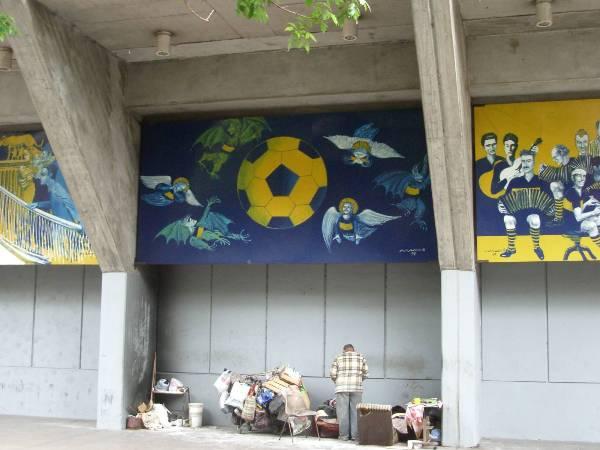 Clochard sous la bombonera, stade de foot mythique de Buenos Aires. Splendeur et pauvreté...