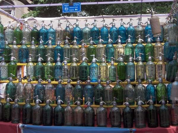 Des bouteilles de limonade sur la place Dorrego - San Telmo - Buenos Aires