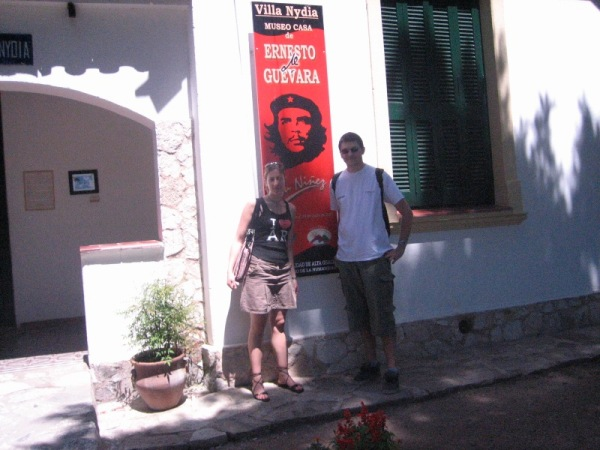 Marion et moi devant le musée du Ché
