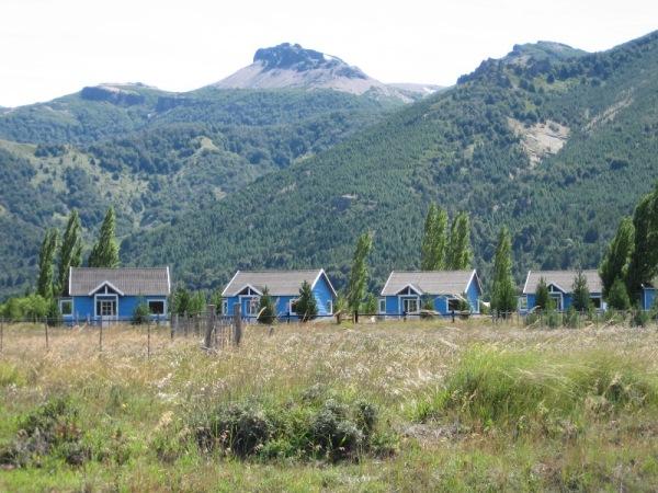 Petites maisons bleues dans la prairie