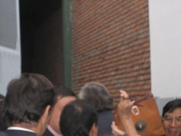 Le président argentin (Nestor Kirchner), de dos au fond, avec les cheuveux gris