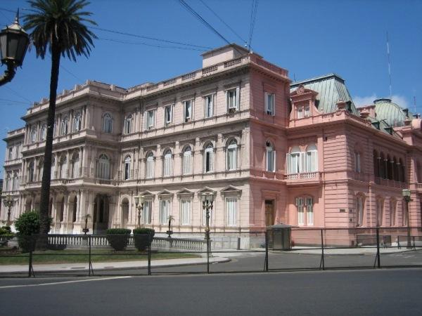 La casa rosada pas assez de sous pour tout peindre
