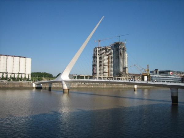 Pont représentant des danseurs de tango selon l\'architecte
